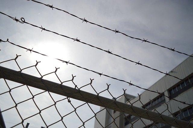 Multas y prisión para padres que agredan a docentes